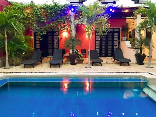 Mayan Gypsy Art hotel. Steps to beach & boardwalk