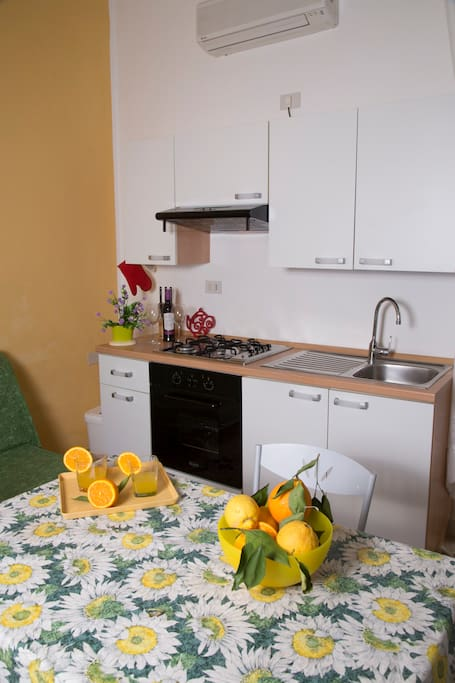 cucina e tavolo da pranzo/kitchen and dining table