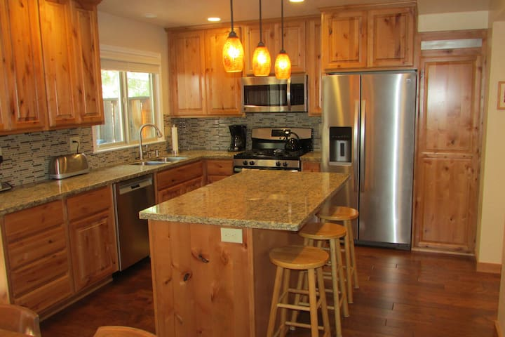 Remodeled- BEAUTIFUL kitchen Lake Forest Glen-Hargrove - Tahoe City - Hus
