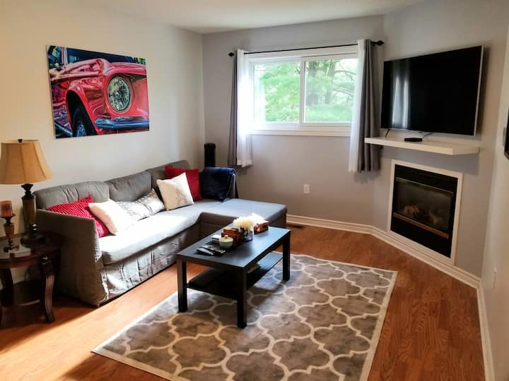Stylish, Modern 2nd Floor Private Apt. Quiet Area