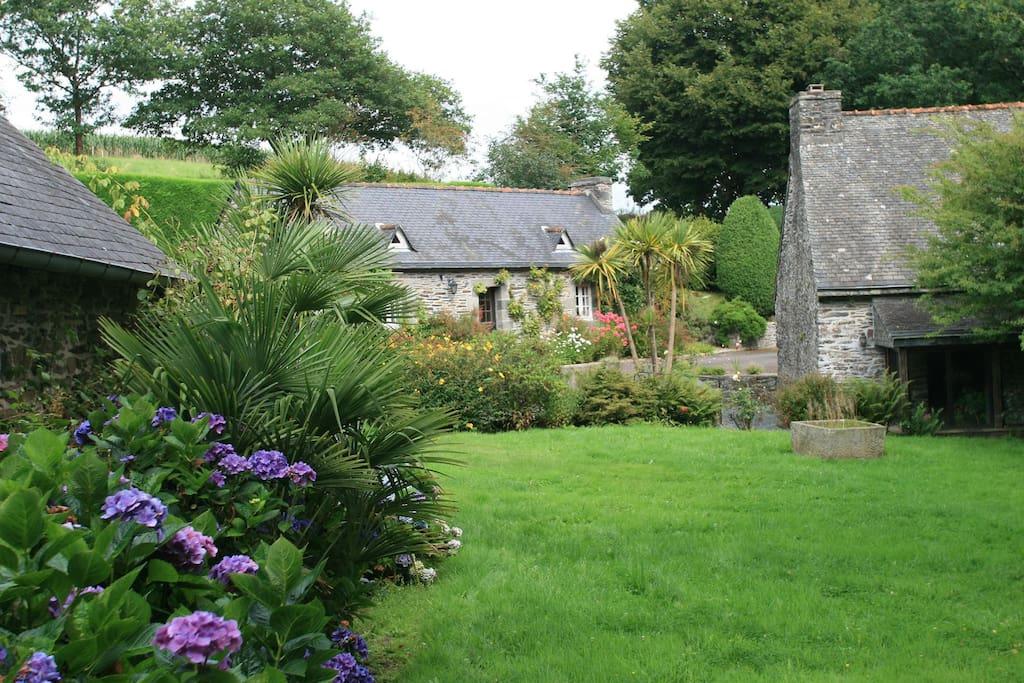 Notre petit hameau de pierre, de face la dépendance transformée en gîte de charme.