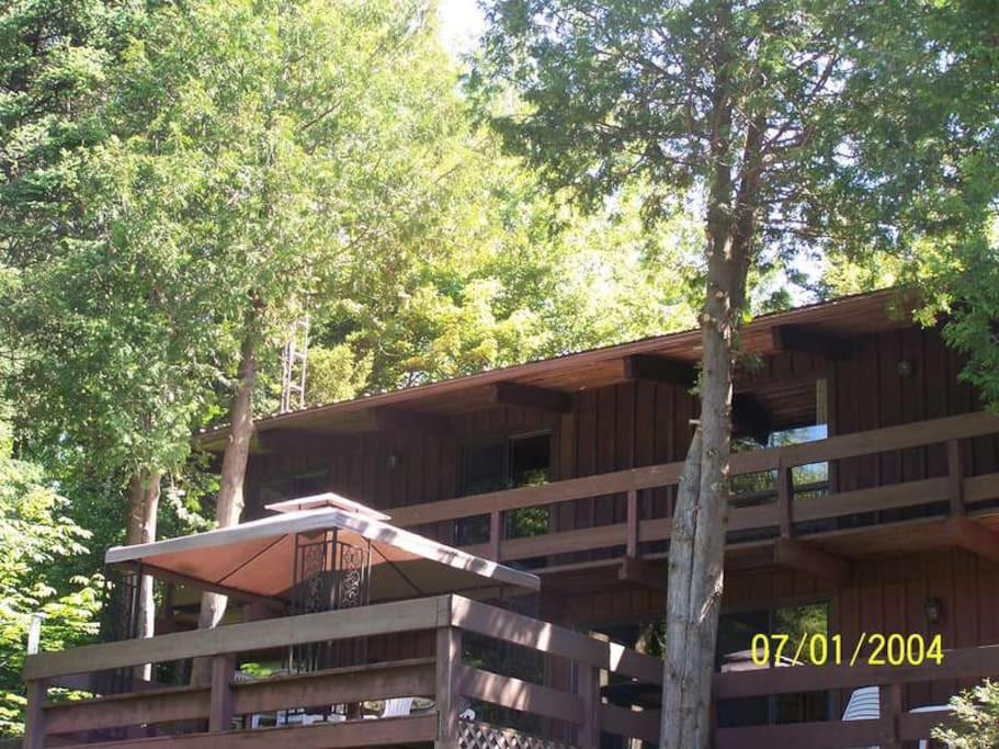 The chalet features upper and lower decks, with gazebo and gaz BBQ on the lower deck