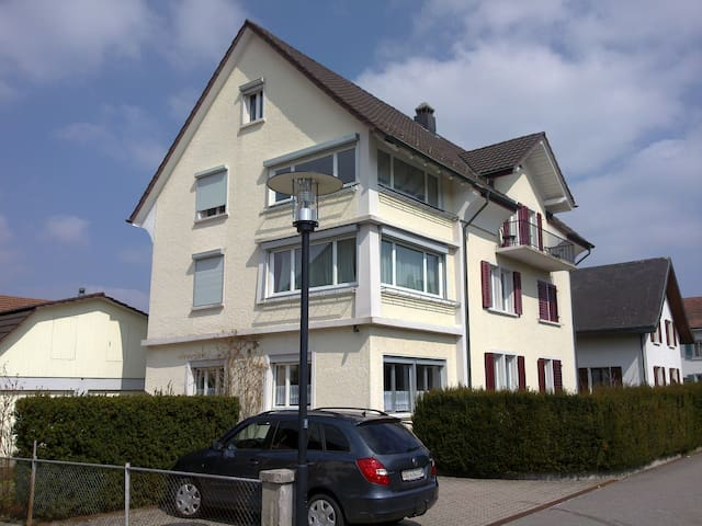 Loft room with own entrance, quiet, with a view - Lenzburg - Loft