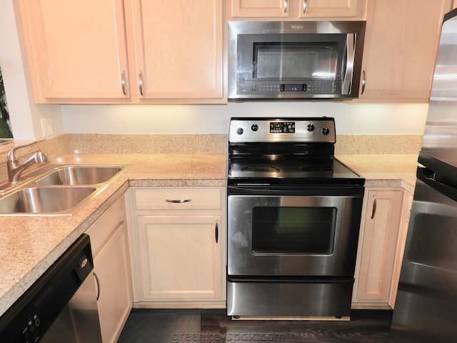 Beautifully furnished condo in heart of downtown