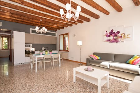 RESIDENCE MADAME - 12 PAX WITH CANAL VIEW - Venezia - Apartment