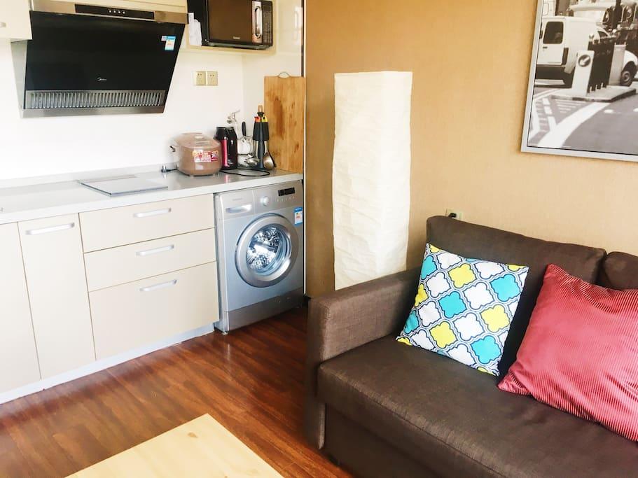 客厅沙发,可轻松打开成床,1.8米宽,提供床品,可住2人。