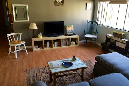 Shabby Chic 2bdrm Apt- walk Dt&45 min to Big White - Kelowna - Kondominium