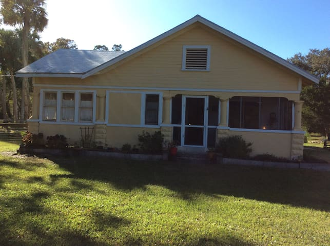 Historic home with fenced yard for your dog - Fort Pierce - Appartement