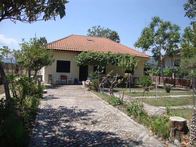 Ασπροβάλτα-Παραδοσιακή μονοκατοικια με μεγάλη αυλή