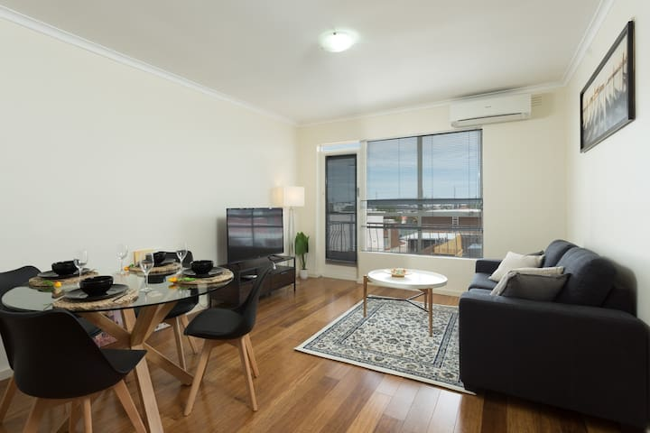 Spacious Cool Yarraville Wifi 2BR & Parking