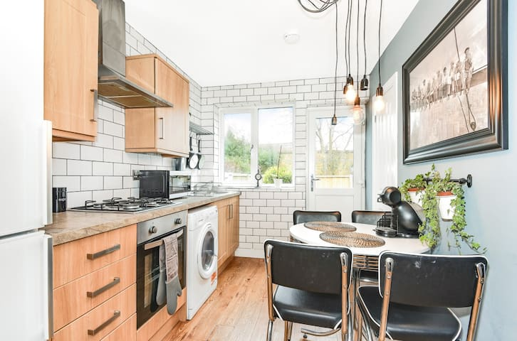 3BED APART IN CENTRAL EGHAM WITH SKY & GARDEN