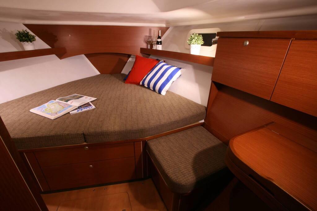 3 спальные каюты и удобная кают-компания