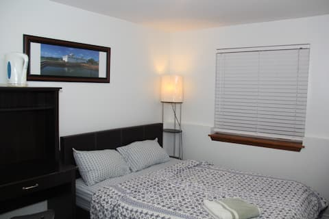 Cozy room close to Subway, bus, GO Train, downtown