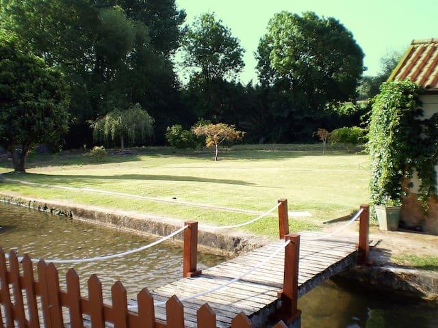 Casa de campo em jardim com rio