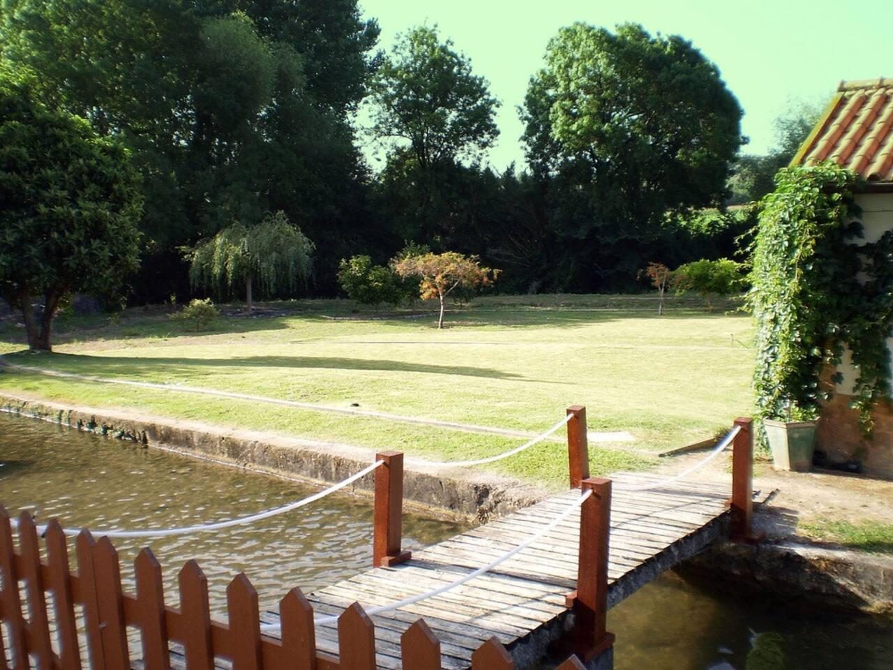 Ponte de acesso à casa e jardim