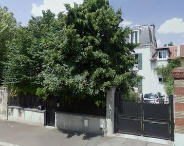 Charmante maison avec deux jardins. - Montesson - Hus
