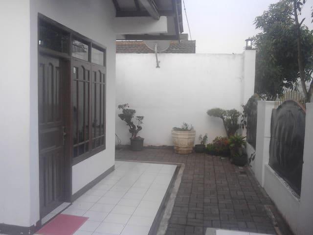 Rumah untuk disewa wisatawan - Bandung