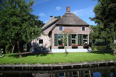 Idyllic monumental farmhouse in Giethoorn