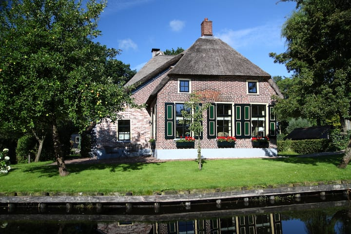 Idyllic farmhouse in Giethoorn