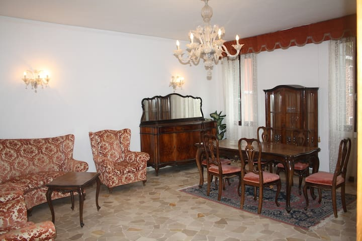 Large apartment for 4 near Zattere, view & WIFI