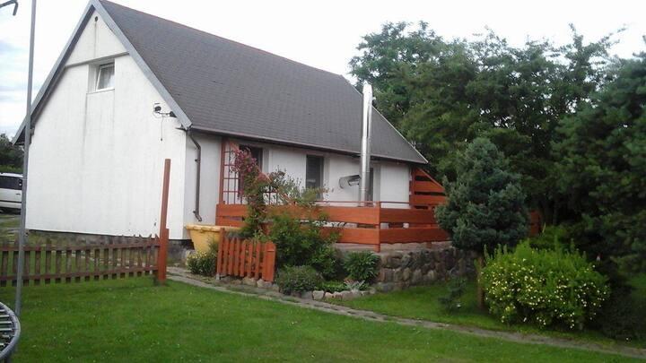 Domek w nadmorskiej okolicy.