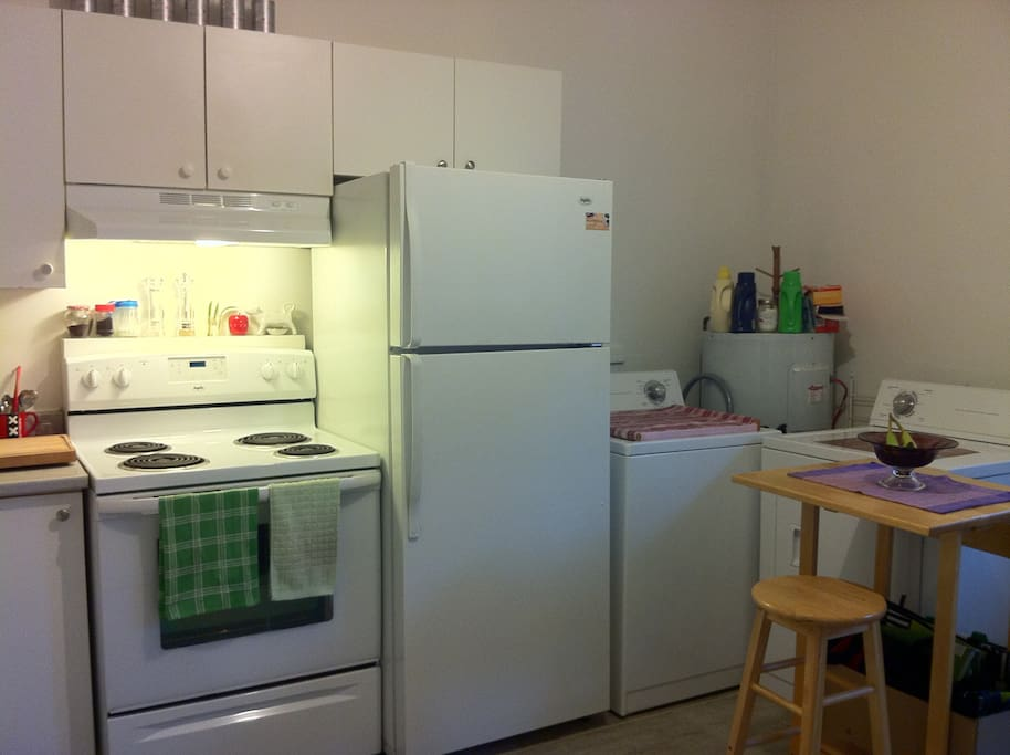The kitchen: washer and dryer easily accessible - La cuisine: laveuse et sécheuse facilement accessibles
