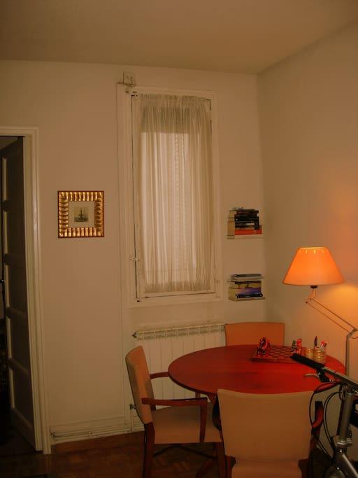 Sala central con mesa, cercana a la habitación pequeña para libre uso de 2º huésped