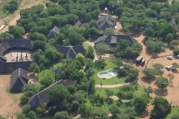 Kwalata Lodge - Thatched stone open-plan chalets