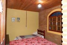Quarto 1: cama de casal e cama de solteiro
