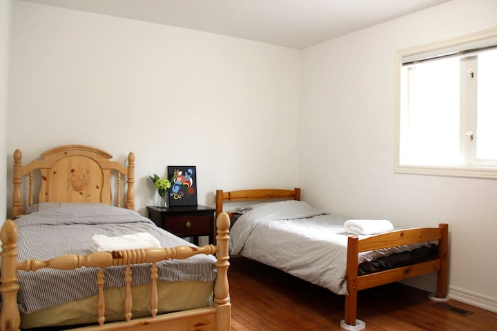 Cozy & Quiet Room near Finch Subway (Male only)
