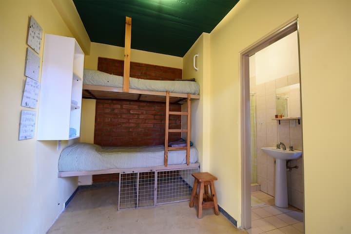 Mini Doble con Baño Compartido- La Tosca Hostel