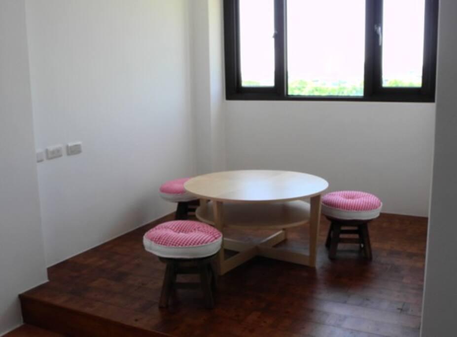 四人房中的小客廳,也可以加睡二人。