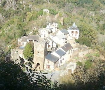 Maison dans les ruines d'un château - Castelmary
