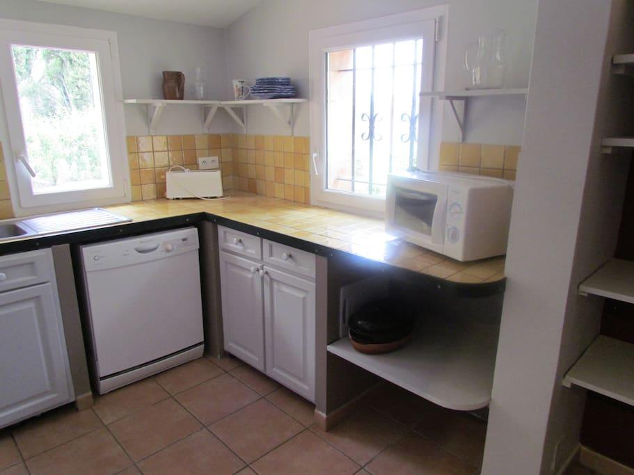 La cuisine équipée: lave vaisselle, four, micro ondes, machine à laver...