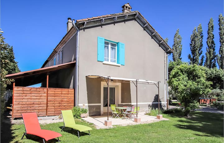 Stunning home in Verquières with WiFi and 3 Bedrooms