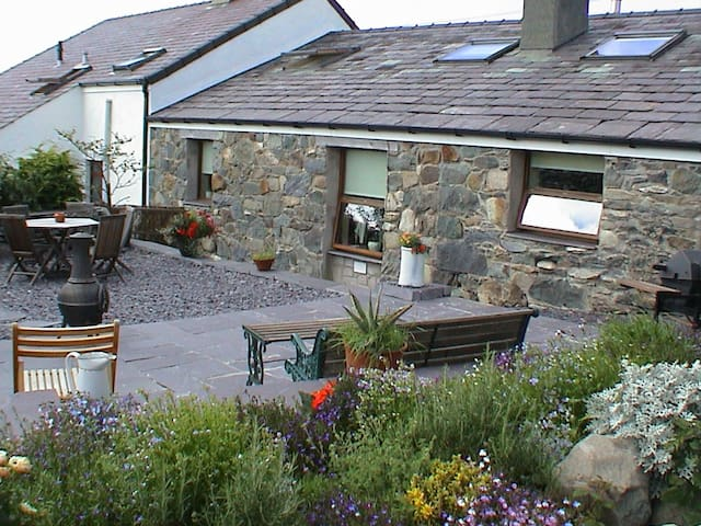 """Beudy Bach"" Cottage with Hot Tub Snowdonia - Llanllechid"