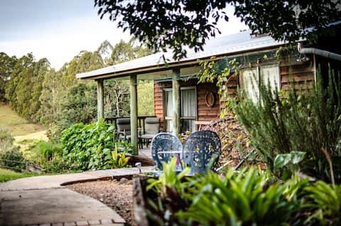 Cockatoo Creek Cottage: a peaceful leafy setting.