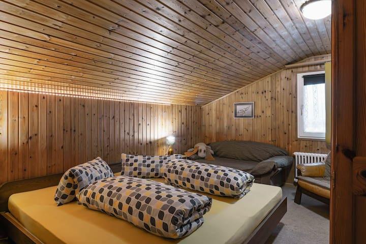 Schlafzimmer mit zusammen geschobenen Einzelbetten und Kleiderschrank