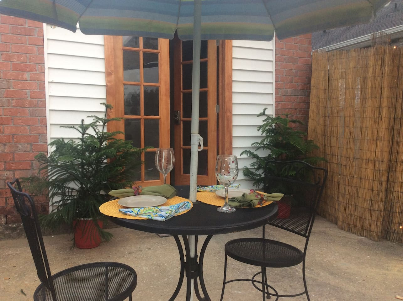 Guest House Studio Apt has private entry  and garden area- just minutes from City Park New Orleans!