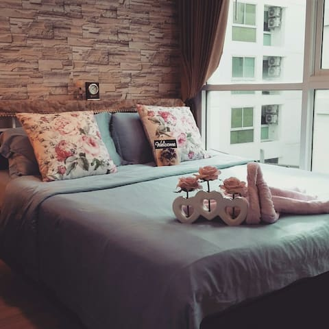 Queen size bed with wonderful pillows and blanket.  new towels and bed sheet and pillow case are always provided.