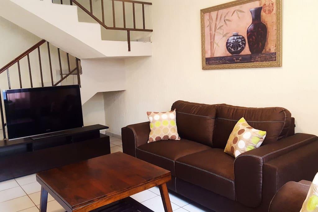 Sala de estar, cuenta con comodos sillones, mesita, TV con cable... un ambiente agradable para descansar.