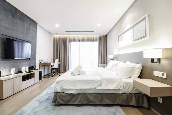 SUPERB Large Comfy Bed, Bathtub in KLCC - Studio