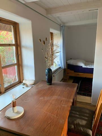 Schreibtisch und Einzelbett