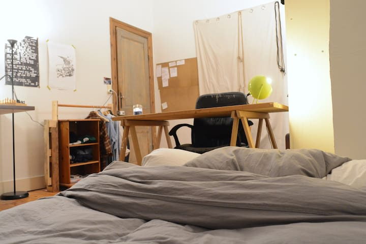 Spacious private bedroom, petit sablon near Louise - Bruxelles - 獨棟