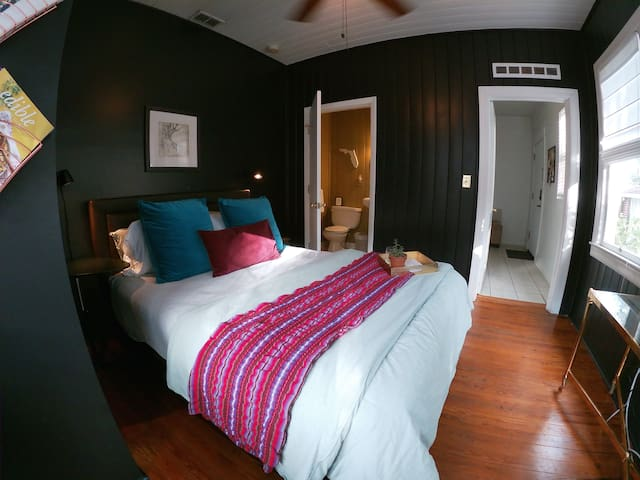 Hendrix Room In Historic Riverside