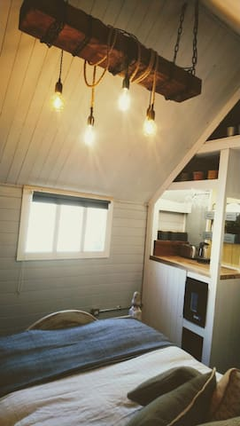 Honeysuckle Lodge - Luxury Shepherds Hut (Style)