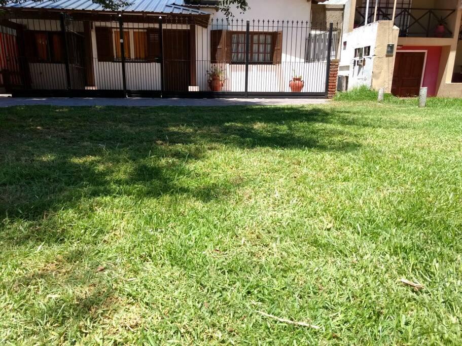 Frente de la casa. En el pasto se puede estacionar un auto.