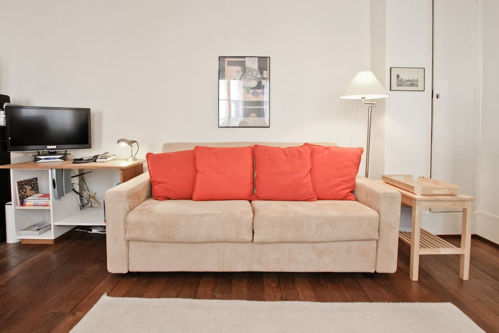Living Room writing desk, flatscreen FreeBox TV, WiFi, and telephone