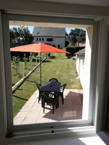 Terrasse + jardin entièrement clos