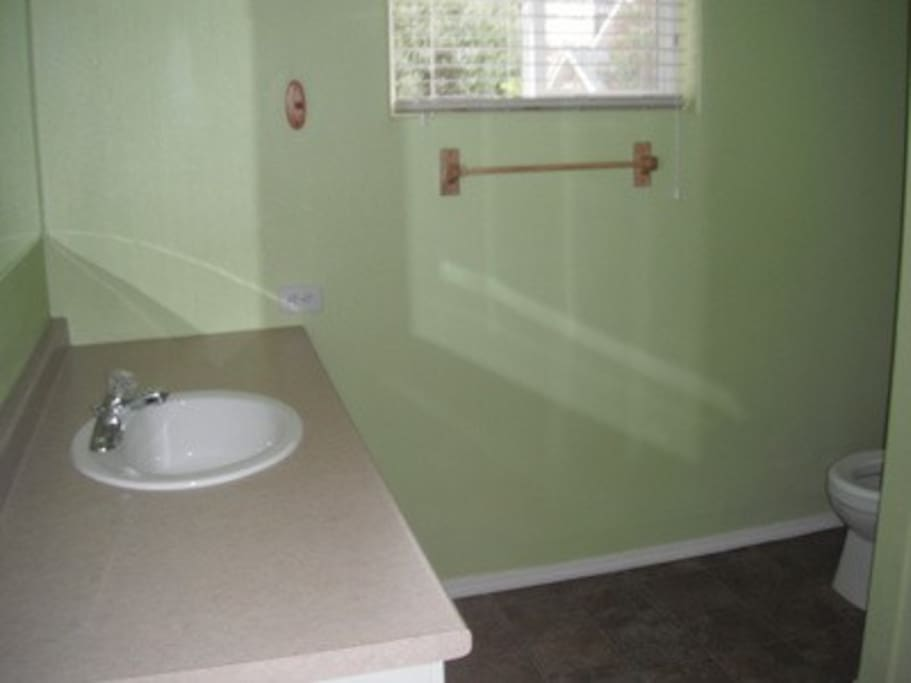 Large bathroom, located halfway between 2 bedrooms.